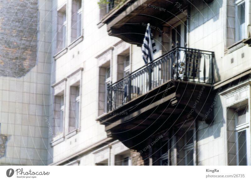 Balkon mit Schirm Sonne Berlin Fenster Gebäude Architektur Sonnenschirm