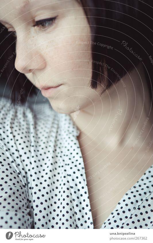 < Schminke feminin Junge Frau Jugendliche 1 Mensch 18-30 Jahre Erwachsene Mode Bluse Haare & Frisuren brünett kurzhaarig Denken träumen gepunktet verträumt