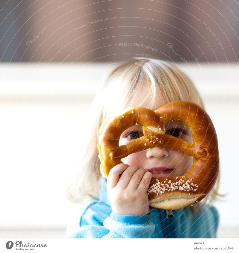 Durchblick Lebensmittel Teigwaren Backwaren Ernährung Essen Mensch feminin Kind Kleinkind Mädchen 1 3-8 Jahre Kindheit gebrauchen beobachten machen Blick Brezel
