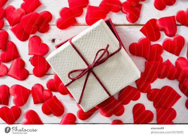 Rote Herzen und Geschenkbox auf weißem Holz Muster Gegenwart rot Hintergrund neutral Liebe Valentinstag Romantik Ferien & Urlaub & Reisen Feste & Feiern