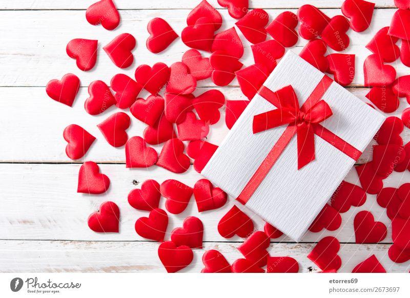 Rote Herzen und Geschenkbox auf weißem Holzgrund. Muster rot Hintergrund neutral Liebe Valentinstag Romantik Ferien & Urlaub & Reisen Feste & Feiern Feiertag