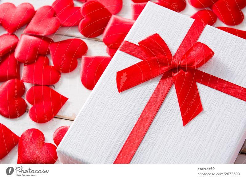 Rote Herzen und Geschenkbox auf weißem Holzgrund. Muster Gegenwart rot Hintergrund neutral Liebe Valentinstag Romantik Ferien & Urlaub & Reisen Feste & Feiern
