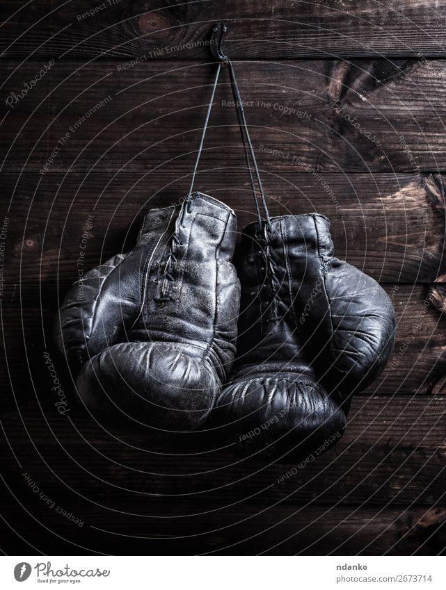 schäbige schwarze Boxhandschuhe aus Leder Lifestyle Fitness Sport Seil Handschuhe Holz alt hängen retro braun Schutz Konkurrenz Aktion antik Antiquität