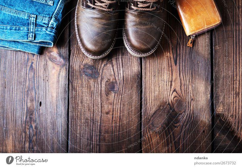 Paar lederne braune Schuhe, Brieftasche und Jeans elegant Stil Design Fuß Mode Hose Jeanshose Leder Holz alt dreckig dunkel retro blau Farbe Spitze