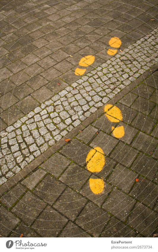 walk on Stadt Verkehrswege Straße Wege & Pfade Wegkreuzung Stein Zeichen Schilder & Markierungen Linie gelb grau Spuren Fußspur Pflastersteine Wegweiser