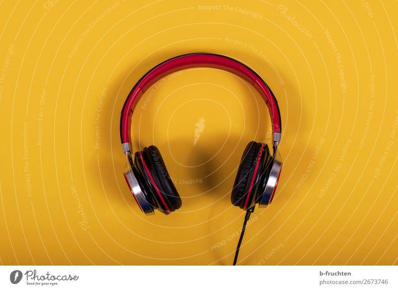 Kopfhörer Freude Freizeit & Hobby Party Musik Lounge Diskjockey clubbing Unterhaltungselektronik Musik hören Papier einfach Freundlichkeit gelb rot Farbfoto