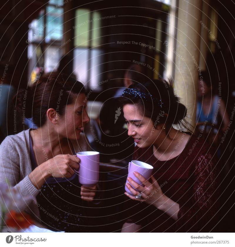 Did you hear? Getränk Heißgetränk Kaffee Mensch feminin Junge Frau Jugendliche Erwachsene 2 bevölkert Pub Mode Kleid Pullover Haarreif sprechen Erholung sitzen