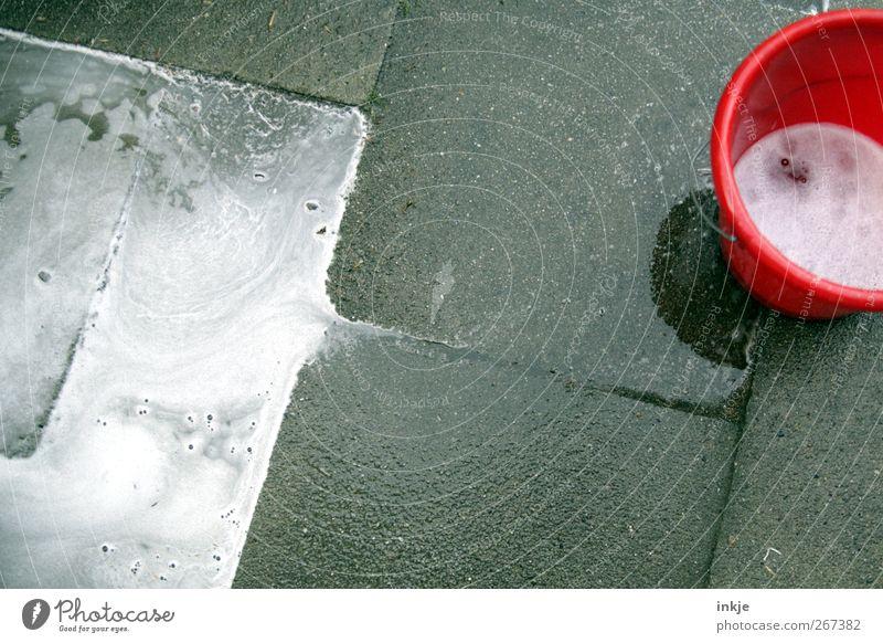 Auf time.s Veranda Häusliches Leben Dienstleistungsgewerbe Menschenleer Terrasse Betonplatte Bodenplatten Eimer Schaum Wischwasser Reinigungsmittel nass