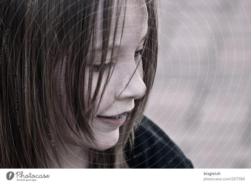 Kinderportrait II Mensch feminin Mädchen Kindheit Kopf Haare & Frisuren Gesicht Auge Nase Mund 1 8-13 Jahre Lächeln grau rosa Farbfoto Gedeckte Farben