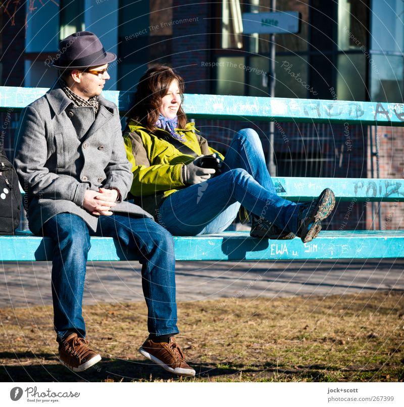 Treffpunkt neue Mitte Mensch Frau Jugendliche Mann Erholung Freude 18-30 Jahre Erwachsene Graffiti Wiese Metall Freundschaft Zusammensein sitzen Schuhe Fröhlichkeit