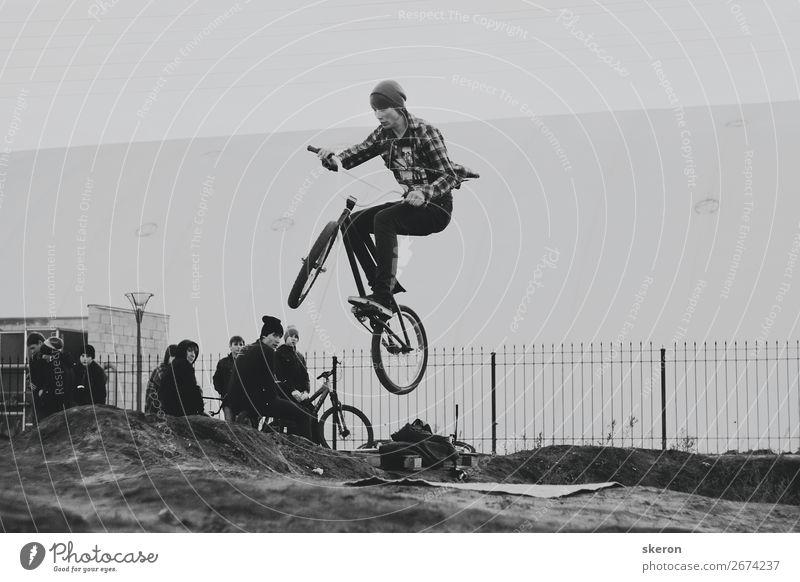 der Typ ist ein Liebhaber von Nervenkitzel auf dem Fahrrad. Lifestyle Freizeit & Hobby Spielen Sport Fitness Sport-Training Mensch maskulin Junger Mann