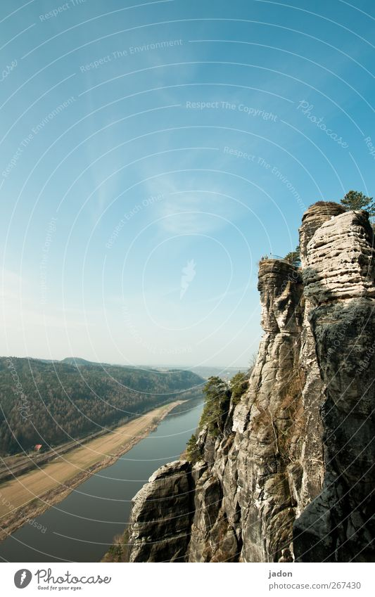 felsen und fluss. Tourismus Ausflug Sightseeing Landschaft Himmel Schönes Wetter Felsen Berge u. Gebirge Sächsische Schweiz Elbsandsteingebirge Flussufer Elbe