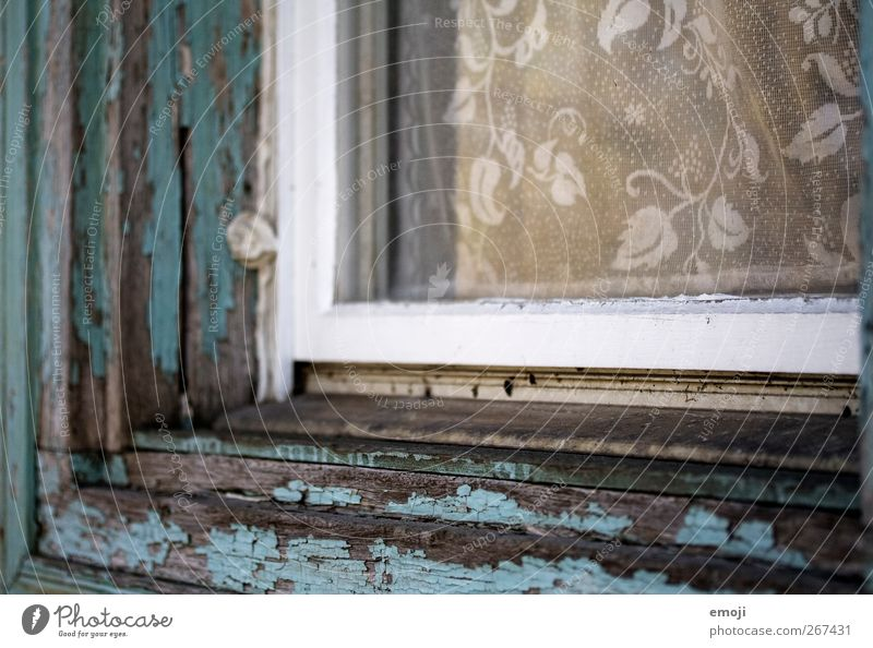 abblättern Mauer Wand Fassade Fenster Fensterscheibe Fensterbrett Fensterrahmen Gardine alt türkis lackiert Romanik Farbfoto Außenaufnahme Nahaufnahme