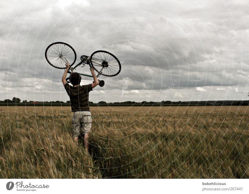 Fahrradtour sportlich Fitness Freizeit & Hobby Mensch Junger Mann Jugendliche Erwachsene 1 Himmel Wolken Feld T-Shirt heben tragen Kraft Farbfoto Außenaufnahme