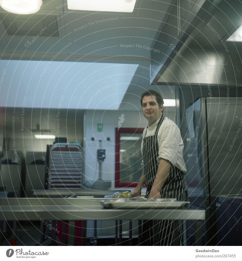Diego. Arbeit & Erwerbstätigkeit Beruf Koch Arbeitsplatz Küche Mensch Mann Erwachsene 1 Erholung warten authentisch stark Stimmung Farbfoto Innenaufnahme