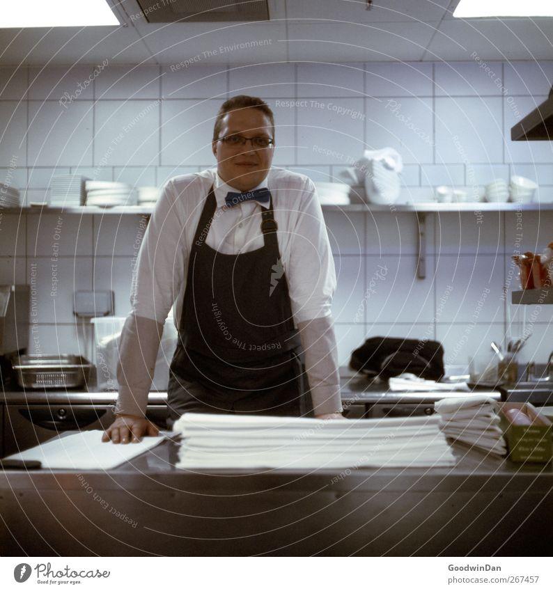 Osvaldas. Mensch Jugendliche Stimmung Arbeit & Erwerbstätigkeit Zufriedenheit maskulin authentisch stehen Junger Mann Küche Freundlichkeit Beruf Lebensfreude