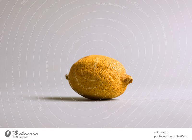 Alte Zitrone alt Frucht Essen zubereiten Menschenleer Südfrüchte Textfreiraum getrocknet vertrocknet Zitrusfrüchte Freisteller verschrumpelt Pore kochen & garen
