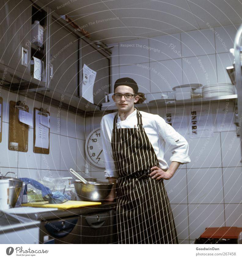 Vianney. Beruf Koch Arbeitsplatz Küche Mensch Junger Mann Jugendliche 1 authentisch elegant Stimmung Tatkraft Leidenschaft gewissenhaft ruhig Wahrheit