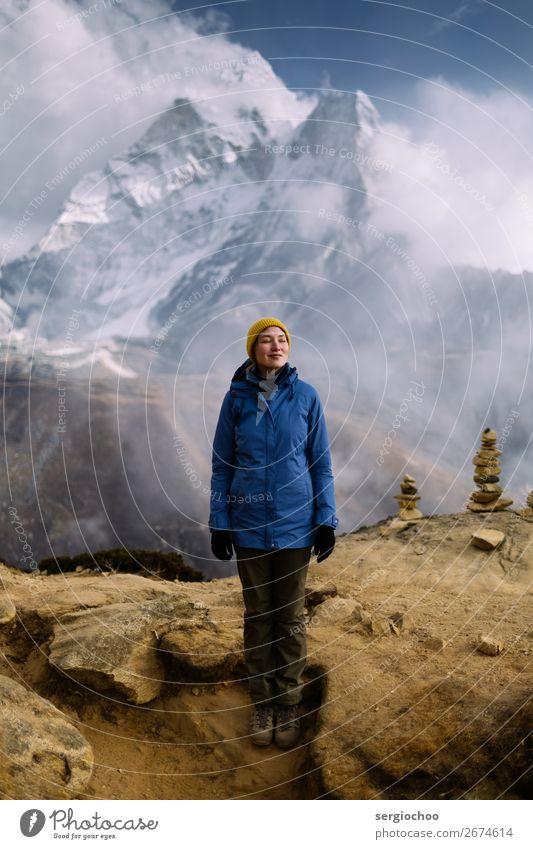 Glücklichsein Ferien & Urlaub & Reisen Tourismus Ausflug Abenteuer Freiheit Berge u. Gebirge wandern Junge Frau Jugendliche 18-30 Jahre Erwachsene Wolken Hügel