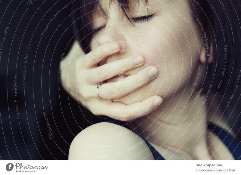 i've got a secret feminin Junge Frau Jugendliche Erwachsene Gesicht Hand 1 Mensch 18-30 Jahre Ring brünett kurzhaarig berühren festhalten träumen Traurigkeit