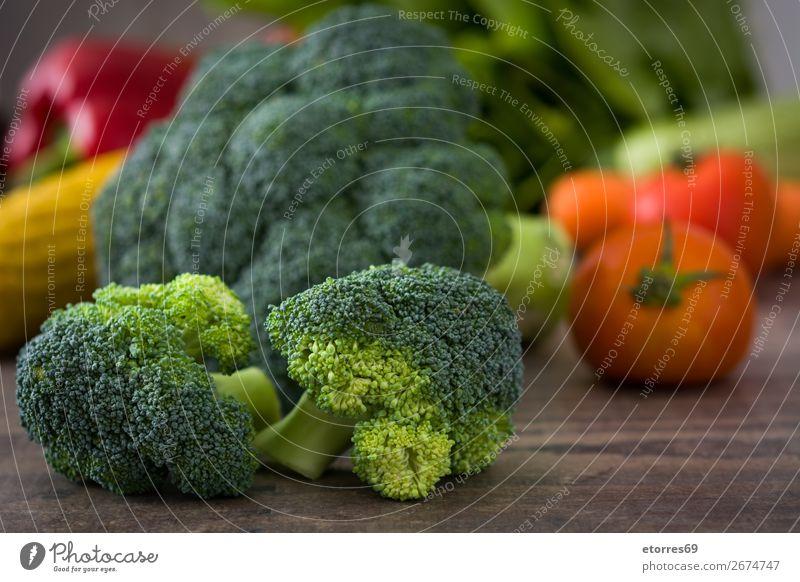 Gesunder grüner Bio-Rohbrokkoli und anderes Gemüse Brokkoli Gesundheit Gesunde Ernährung roh Röschen frisch Lebensmittel Foodfotografie Landwirtschaft organisch