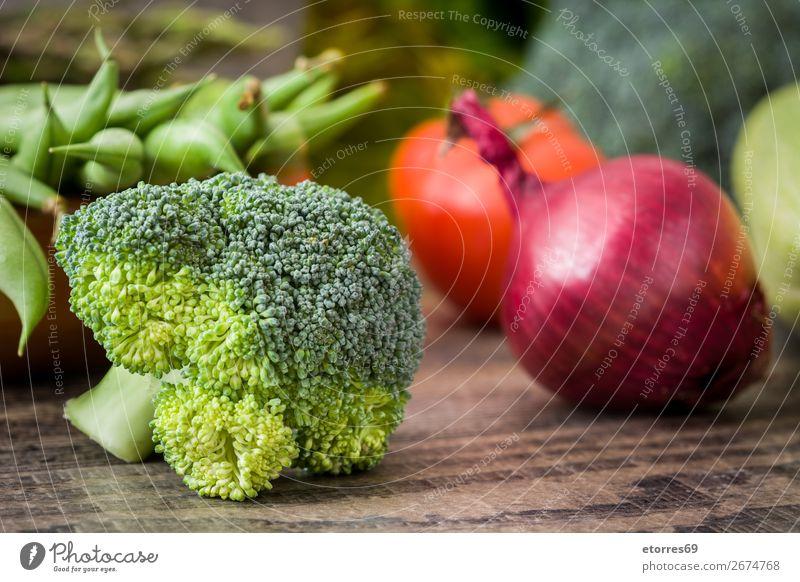 Gesunde grüne grüne Bio-Rohbrokkoli-Blüten und anderes Gemüse Brokkoli Gesundheit Gesunde Ernährung roh Röschen frisch Lebensmittel Foodfotografie