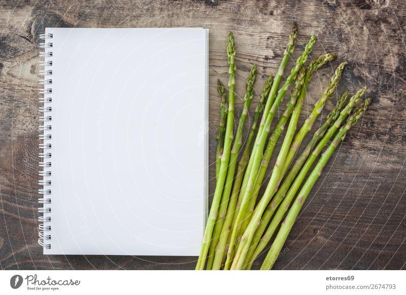Roher grüner Spargel und Notizbuch Gemüse roh Vegetarische Ernährung Landwirtschaft Antioxidans Haufen Essen zubereiten kochen & garen Diät Feldfrüchte