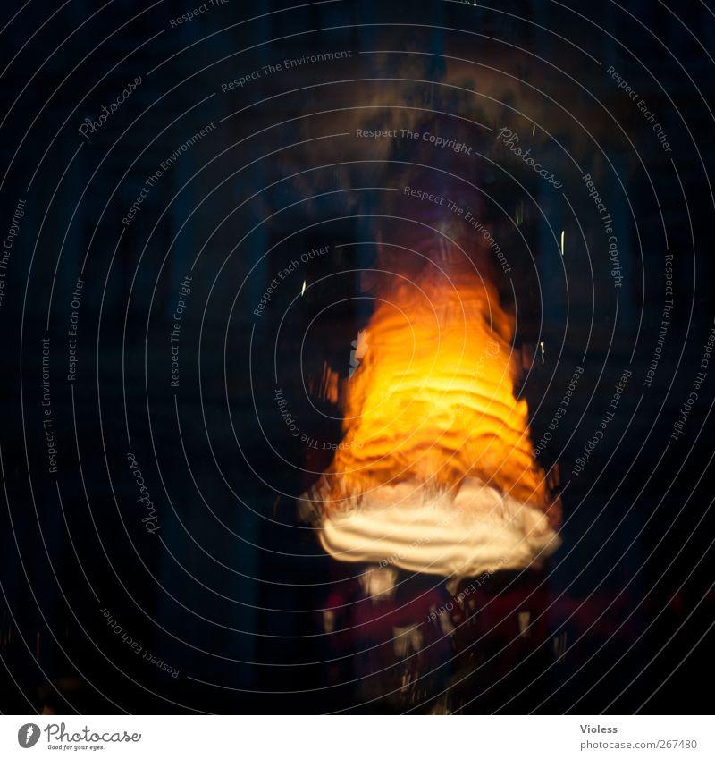Licht im Dunkel Kitsch Krimskrams Glas dunkel Lampe Lampenschirm Unschärfe Farbfoto Experiment abstrakt Nacht