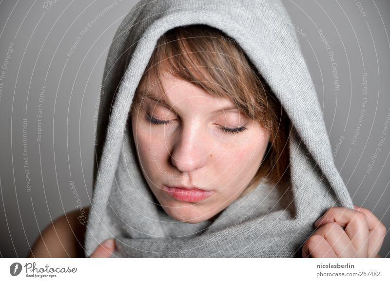 Montags Portrait 20 schön feminin Junge Frau Jugendliche Gesicht 1 Mensch 18-30 Jahre Erwachsene Stoff Kopftuch brünett Pony Denken Liebe träumen Traurigkeit