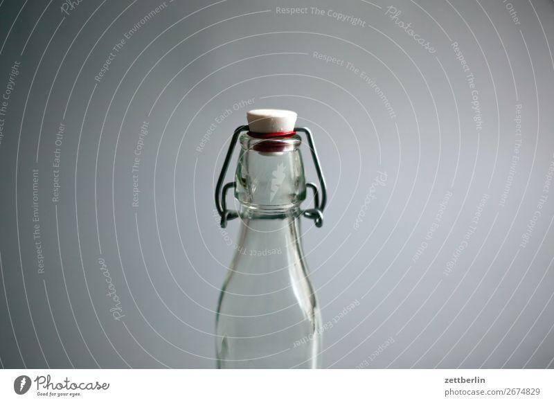 Flasche Textfreiraum Raum Glas leer geschlossen Getränk trinken Durst Erfrischungsgetränk Durstlöscher Behälter u. Gefäße Glasflasche Verschluss