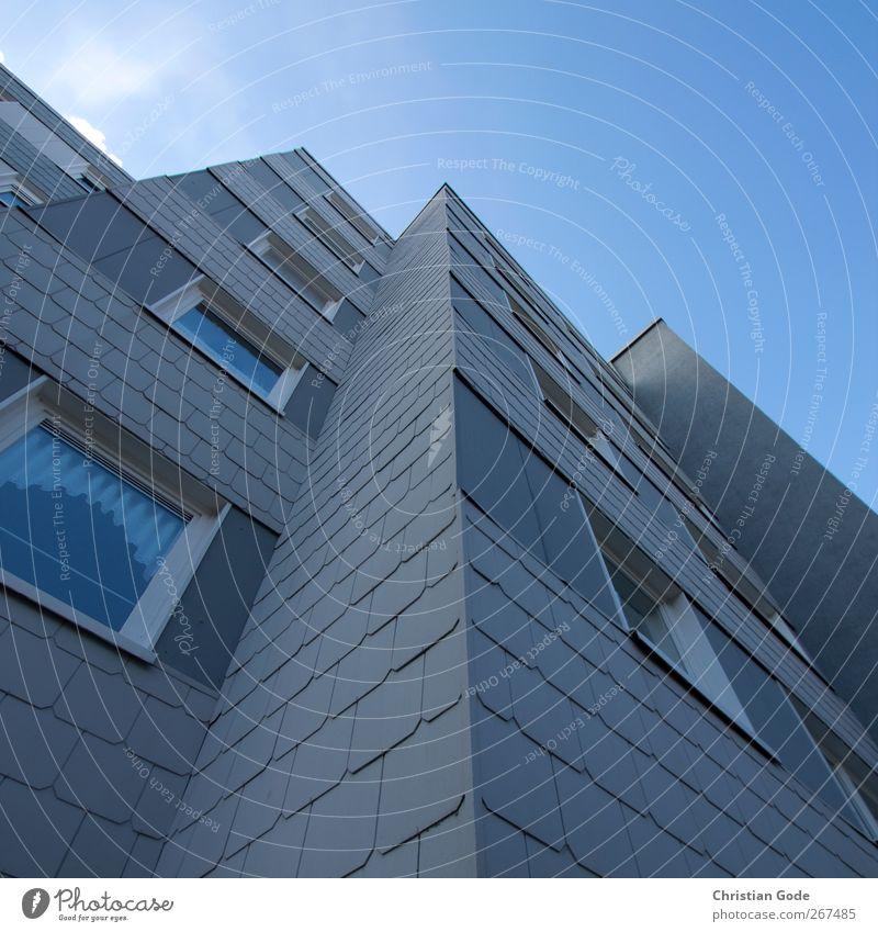 Himmelsstürmer Stadt Wolken schwarz Fenster Wand Architektur grau Mauer Gebäude Fassade Hochhaus Ziel Bauwerk diagonal vertikal