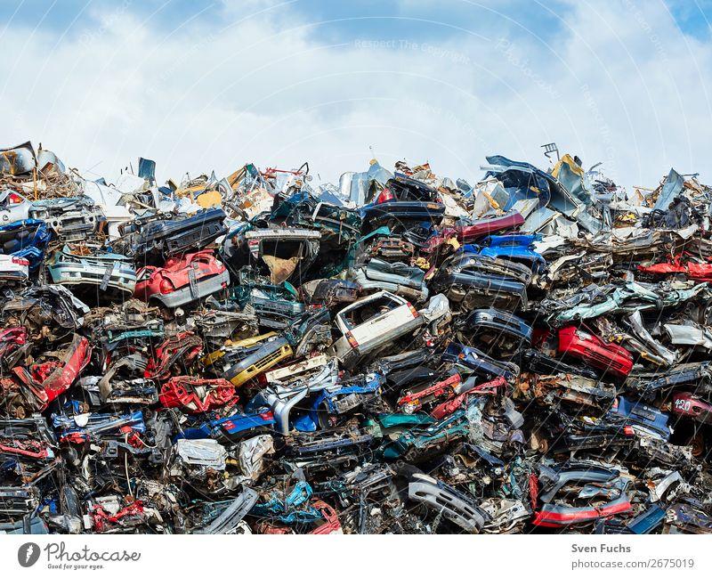 Autos auf einem Schrottplatz Fahrradfahren Motor Technik & Technologie Umwelt Stadt Verkehrsunfall Straße PKW Stahl Rost alt viele Metall Recycling entsorgen