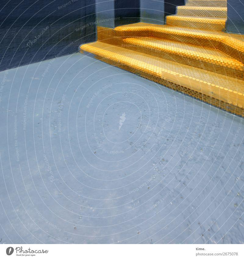 trockengefallen | Alterserscheinung blau Stadt Architektur gelb Zeit außergewöhnlich Design Treppe ästhetisch authentisch Perspektive Vergänglichkeit historisch