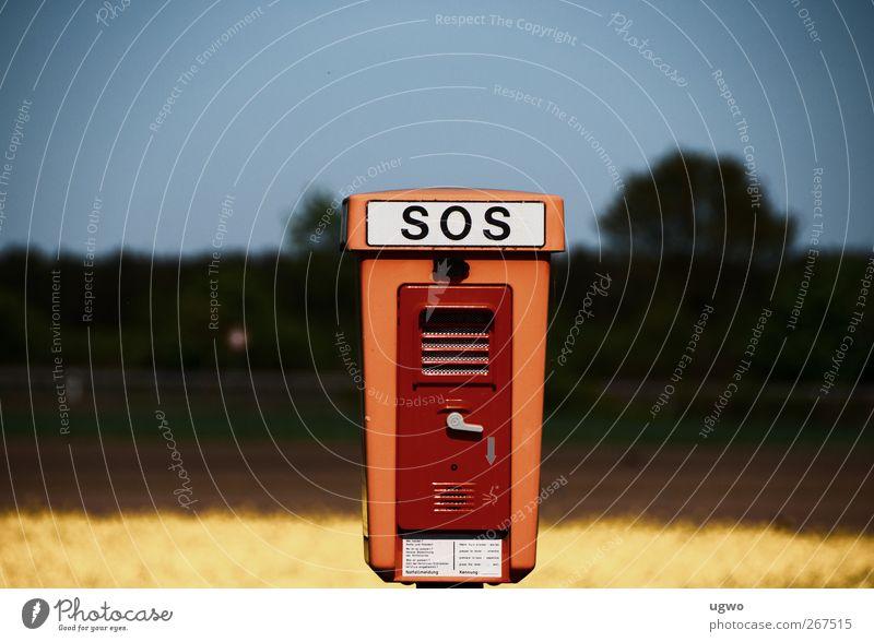 SOS Natur Landschaft Verkehr SOS Notrufsäule Verkehrszeichen gebrauchen braun Farbfoto Gedeckte Farben Außenaufnahme Textfreiraum links Textfreiraum rechts Tag