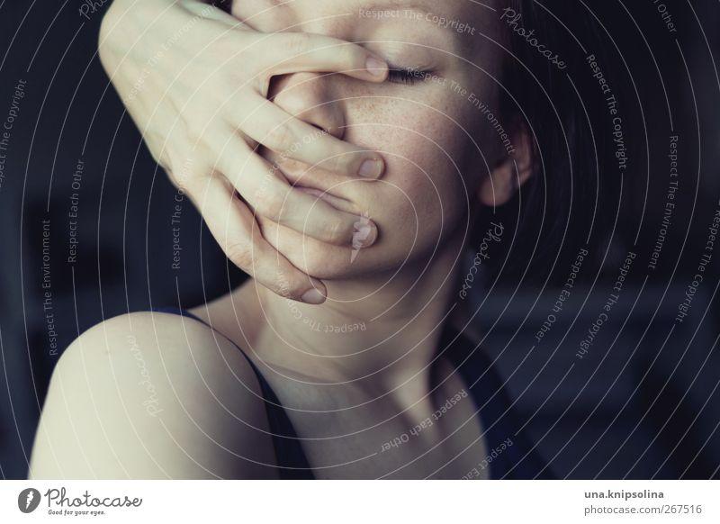 auf biegen und brechen Mensch Frau Jugendliche Hand Gesicht Erwachsene feminin Gefühle Traurigkeit Denken träumen Stimmung außergewöhnlich Junge Frau Finger