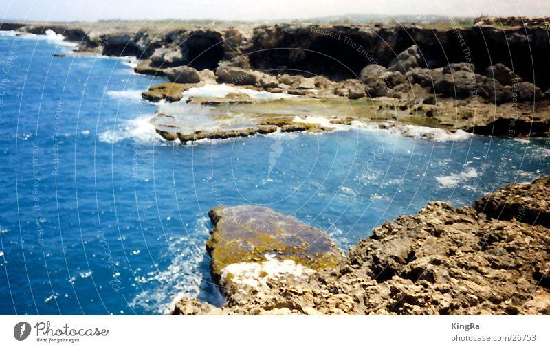 Brandung Wasser blau Stein Küste Felsen Bucht Schaum Gischt