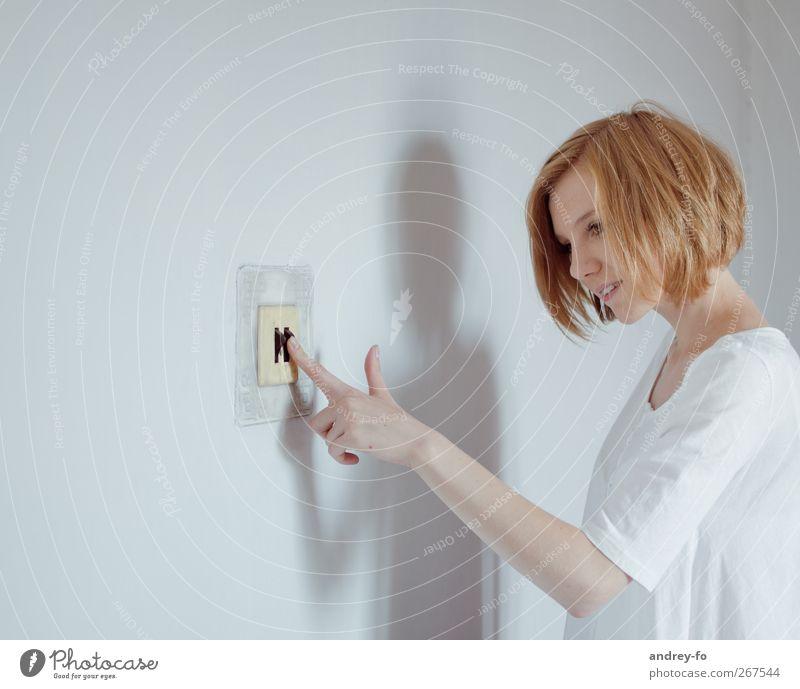 ...ans Licht bringen. feminin Junge Frau Jugendliche Erwachsene 1 Mensch 18-30 Jahre rothaarig Lichtschalter berühren sparen Fröhlichkeit Verantwortung Energie