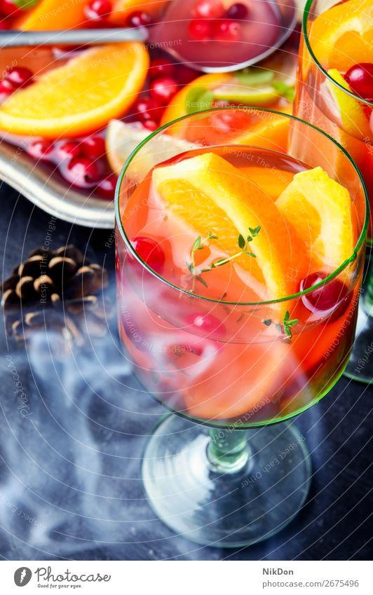 Dampf-Sangria mit Früchten Weihnachten Glühwein Alkohol Bowle trinken Weinglas orange Glas Rauch Verdunstung Frucht Preiselbeeren Getränk Saft Cocktail frisch