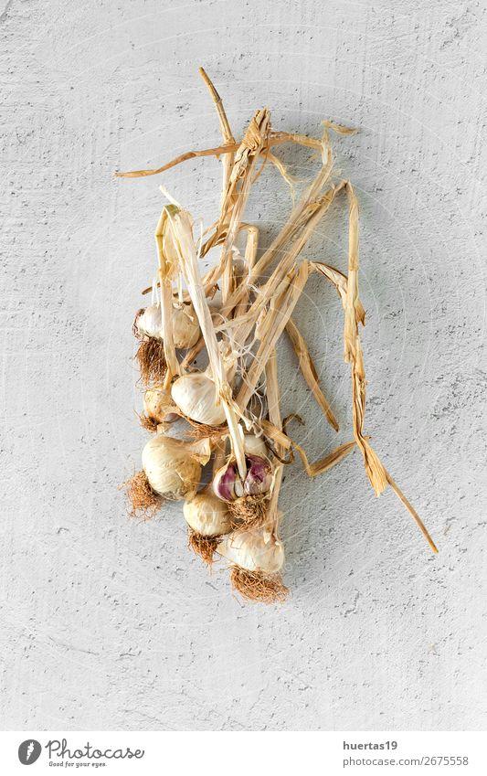 Blumenstrauß aus frischem violettem Knoblauch Lebensmittel Gemüse Kräuter & Gewürze Kunst lecker natürlich oben weiß Hintergrund flache Verlegung Knolle