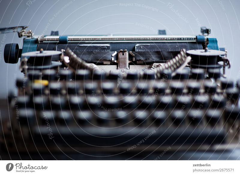 Erika again alt antik Schriftsteller Büro feinmechanik Mechanik Menschenleer schreiben Schreibmaschine Schriftzeichen Textfreiraum typenhebel