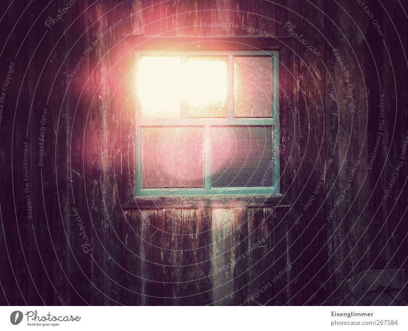 Fensterlicht Hütte hell durchleuchtet Scheune Farbfoto Detailaufnahme Menschenleer Textfreiraum links Textfreiraum rechts Textfreiraum unten Licht Sonnenlicht