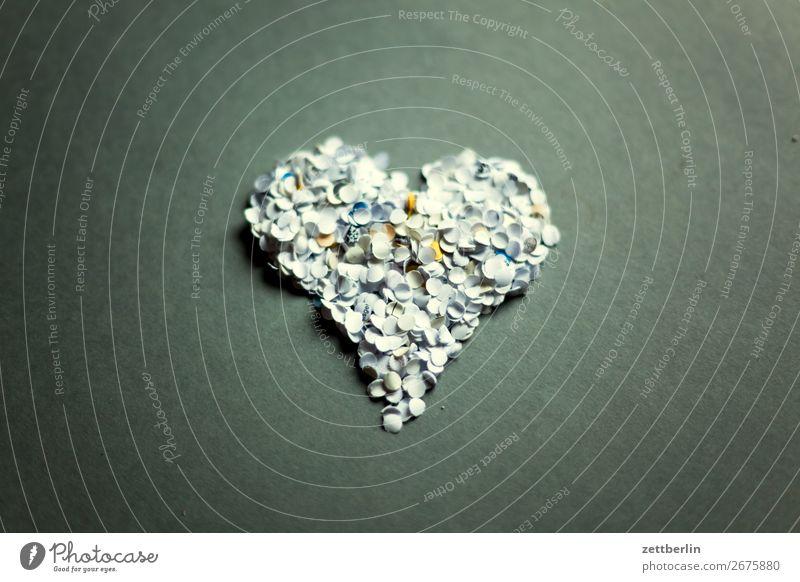 Herz aus Konfetti Gefühle Frühling Frühlingsgefühle Raum Liebe Liebeserklärung Menschenleer Paar paarweise Symbole & Metaphern Textfreiraum Zuneigung Papier