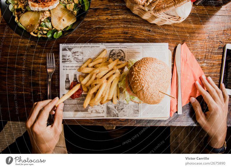 Eine vegane leckere Mahlzeit Gemüse Salat Salatbeilage Brot Ernährung Essen Mittagessen Abendessen Vegetarische Ernährung Fastfood Lifestyle maskulin Hand
