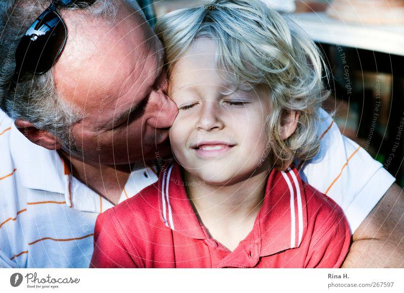 . Mensch maskulin Junge Mann Erwachsene Vater Familie & Verwandtschaft Kindheit Leben 2 3-8 Jahre 45-60 Jahre Hemd Sonnenbrille blond grauhaarig Locken Küssen