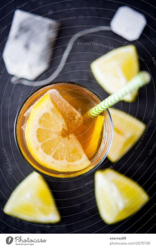 Traditioneller Eistee mit Zitrone und Eis im hohen Glas Tee Getränk Sommer Lebensmittel Gesunde Ernährung Foodfotografie kalt Saft frisch Minze orange Frucht