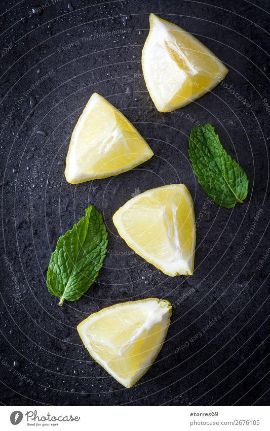 Frische reife Zitronen auf dunklem Stein Frucht gelb Gesundheit Gesunde Ernährung Gemüse Lebensmittel Foodfotografie Scheibe grün frisch Saft saftig natürlich