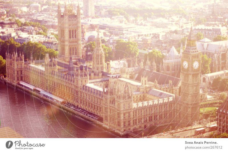 big ben und haus nr.3 Sommer Stadt Hauptstadt Haus Big Ben London Sehenswürdigkeit Wahrzeichen Freundlichkeit hell Farbfoto Gedeckte Farben Außenaufnahme Licht