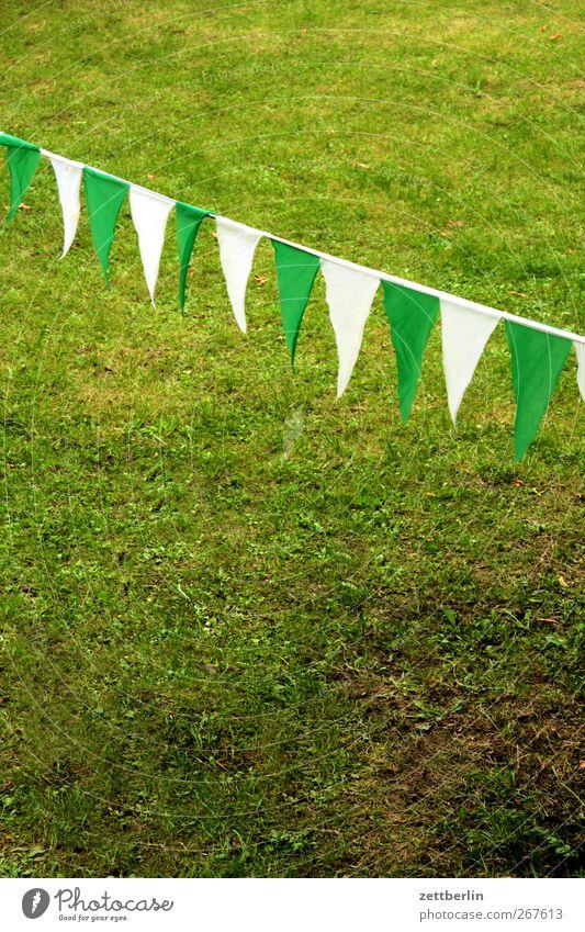 Wimpel weiß grün schön Sommer Wiese Gras Innenarchitektur Wohnung Häusliches Leben Dekoration & Verzierung Fahne Sportrasen Schmuck Sommerurlaub Kette Zierde