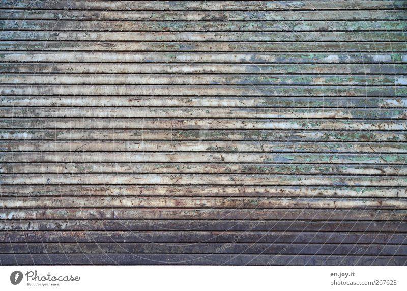 farblos blau alt grün Wand Holz Mauer Traurigkeit braun Fassade dreckig kaputt trist Wandel & Veränderung Vergänglichkeit Tor Verfall