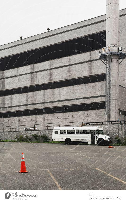 bushaltestelle Stadt Haus Einsamkeit Architektur Wand Gebäude Mauer Verkehr trist USA Platz Schulgebäude Pause Stadtrand Bus Parkplatz